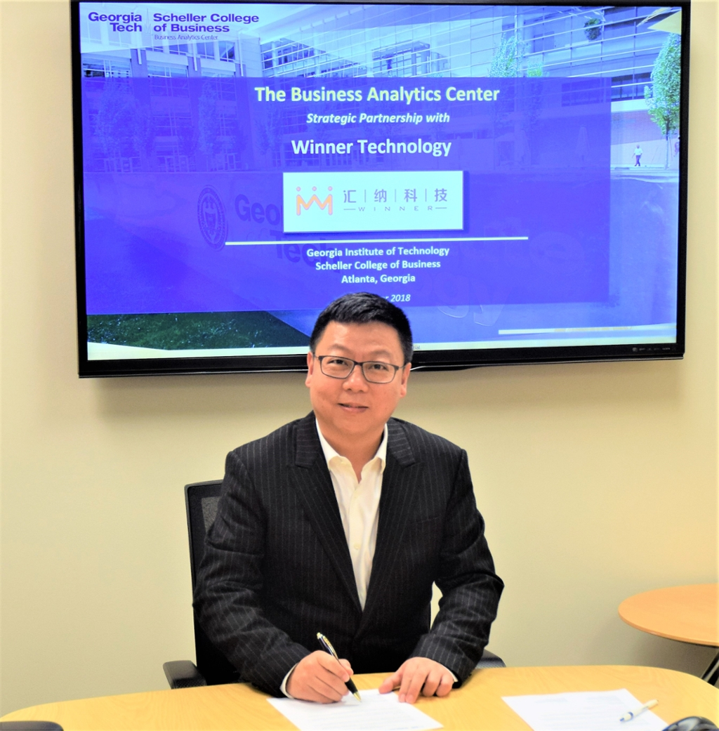 Hongjun Eric Zhang, Chairman & CEO of Winner Technology signs MOU with the Business Analytics Center @ Scheller College of Business